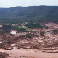 Barragem se rompeu e alagou a cidade de Mariana, em Minas Gerais. (Foto: Corpo de Bombeiros/MG - Divulgação)