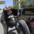 Agentes da PF na residência do deputado Eduardo Cunha (PMDB-RJ), em Brasília. (Foto: Marcelo Camargo/Agência Brasil)