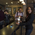 É cada vez mais comum trabalhar em lugares como a rede de cafés Starbucks. (Foto: Divulgação)