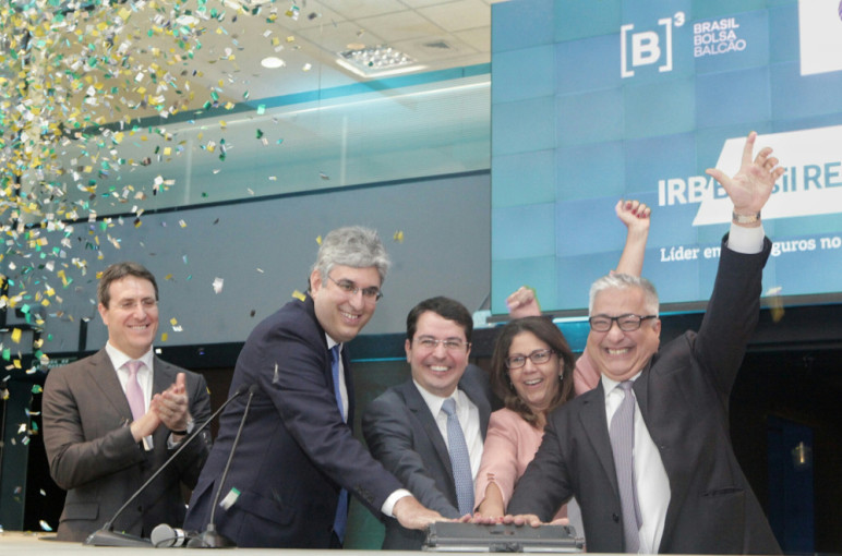 Executivos do IRB celebram IPO: Fernando Passos (VP), no centro ao lado de Lucia Valle (VP); à direita, o CEO José Carlos Cardoso. (Foto: Divulgação)